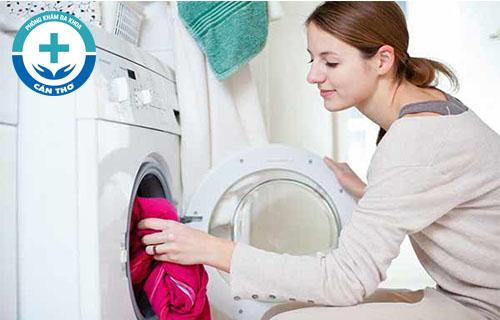 Giặt đồ chung với người bị sùi mào gà có bị lây không?